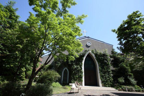 南青山サンタキアラ教会は、緑に囲まれた素敵なロケーションです
