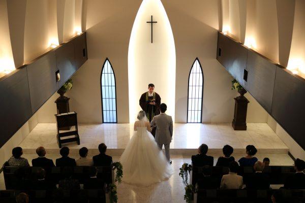 白と緑が基調の、素敵な教会でした