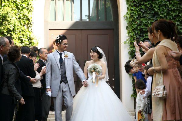 挙式後は、中庭で記念撮影