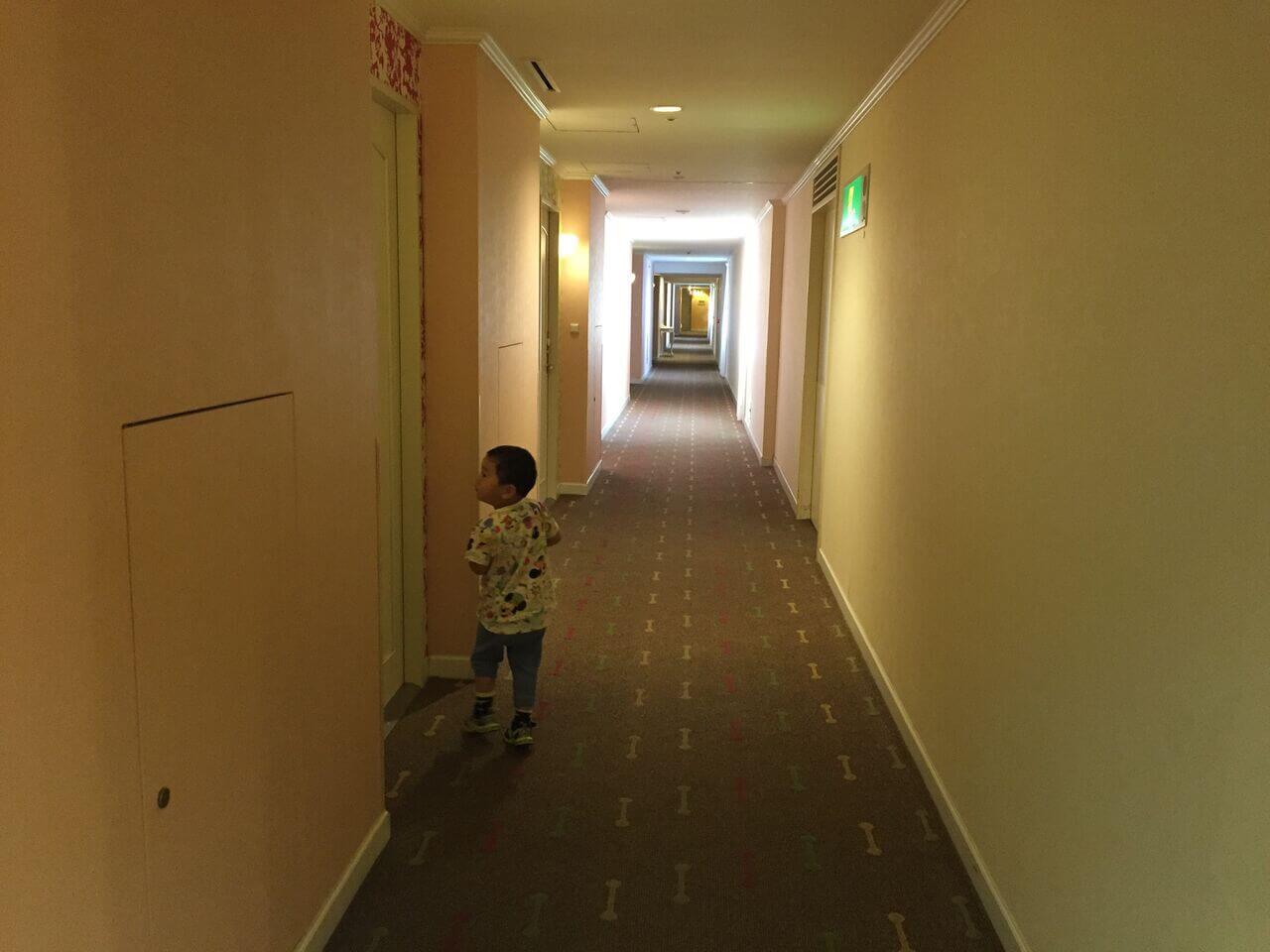 ホテルの中を探検したり